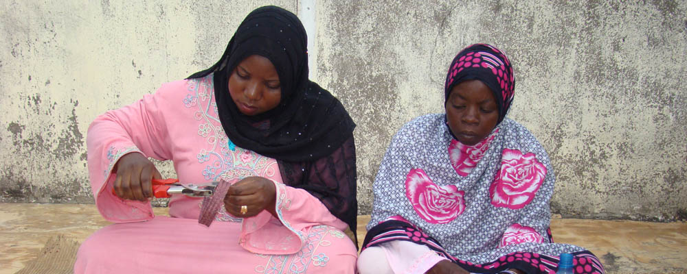 Habiba & Salama in deep concentration working with ukili - dyed and pain-stakingly plaited palm leaf
