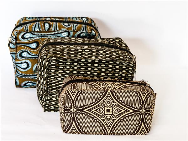 Make up or shaving bag with full nylon waterproof lining with internal pocket. 21 x 10.5cm. Available in colourful kitenge or canvas (Brown, Black, Beige,...